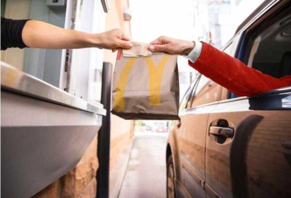 Membeli Makanan di Drive Thru McDonald's